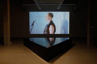 Glittergordijnen en guillotines in tentoonstelling Nora